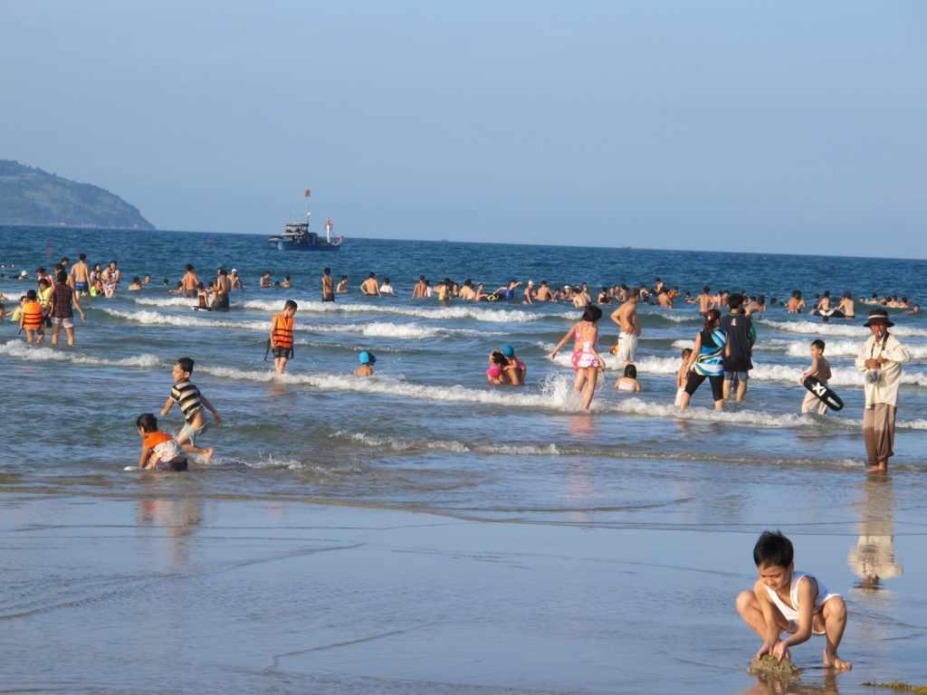 Tour du lịch Đà Nẵng - Khách du lịch tại bãi biển Mỹ Khê
