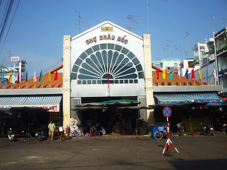 Đi tour du lịch An Giang thì bạn phải ghé qua chợ Châu Đốc để mua sắm đấy nhé.