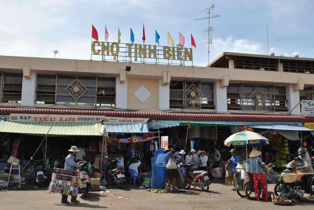 Chợ Tịnh Biên cũng là một ngôi chợ nổi tiếng bạn cũng nên ghé qua trong tour An Giang của mình.