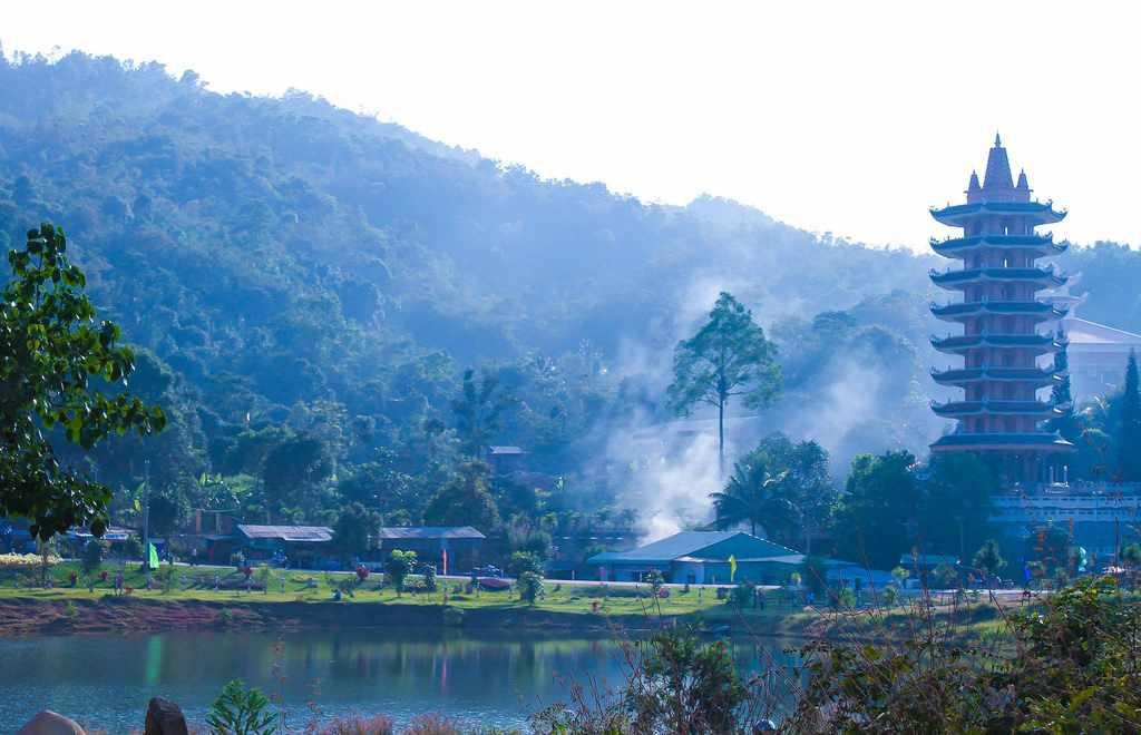 Núi Cấm ẩn hiện đầy huyền ảo, ma mị trong sương sớm. Tour An Giang.