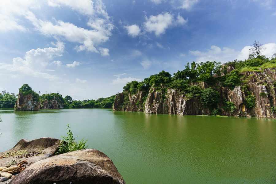 Là người yêu thích thiên nhiên thì không thể không ghé qua núi Sập trong tour An Giang được.