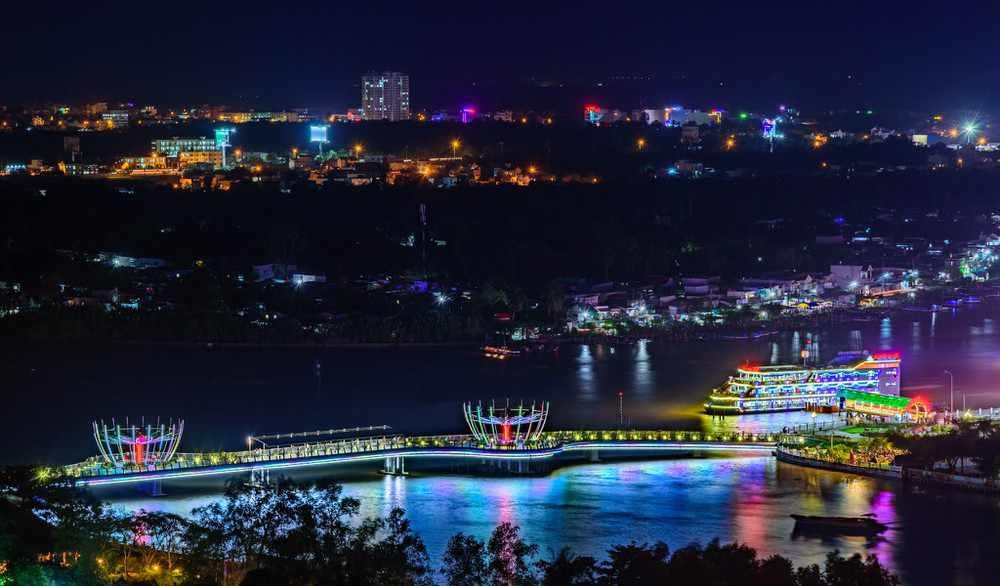 Vẻ đẹp lung linh của bến Ninh Kiều khi lên đèn. Tour can tho, tour du lich can tho.