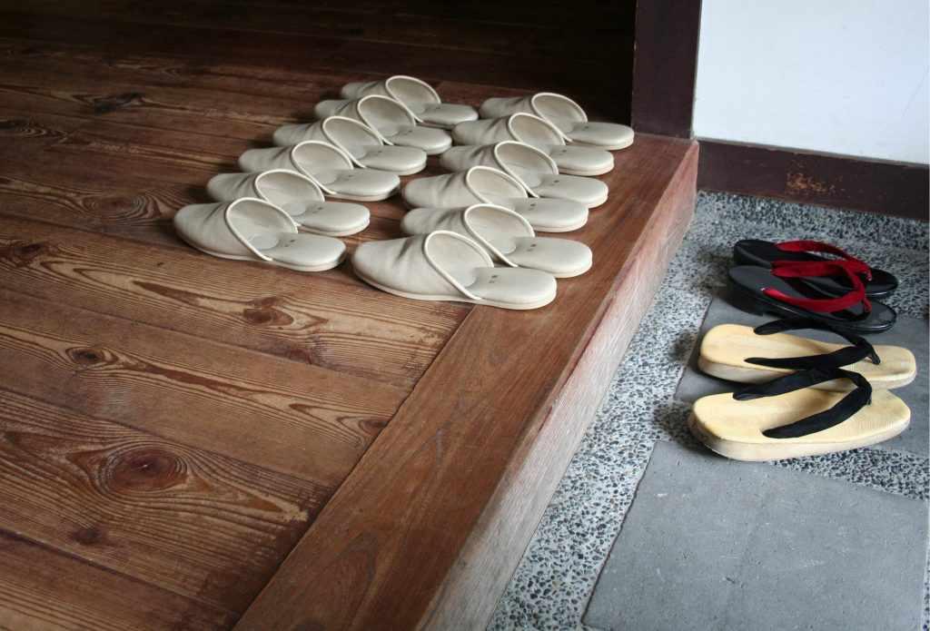 Đến Nhật, bạn nên nhớ cởi giày ra trước khi vào nhà. Tour du lịch châu Á.