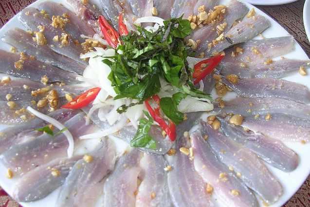 Gỏi cá mập cũng là món ăn đặc sắc bạn phải thử khi đi tour du lịch Côn Đảo.
