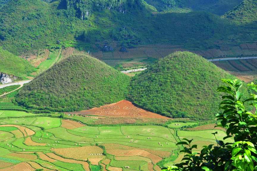 Khó có thể tìm thấy nơi đâu ngọn núi đôi đầy lạ lẫm, ấn tượng như thế này. Tour Dong Bac.