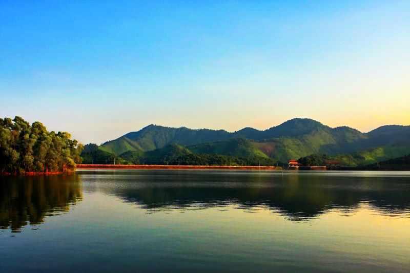 Hồ Núi Cốc lung linh trong nắng chiều. Tour du lich Dong Bac.