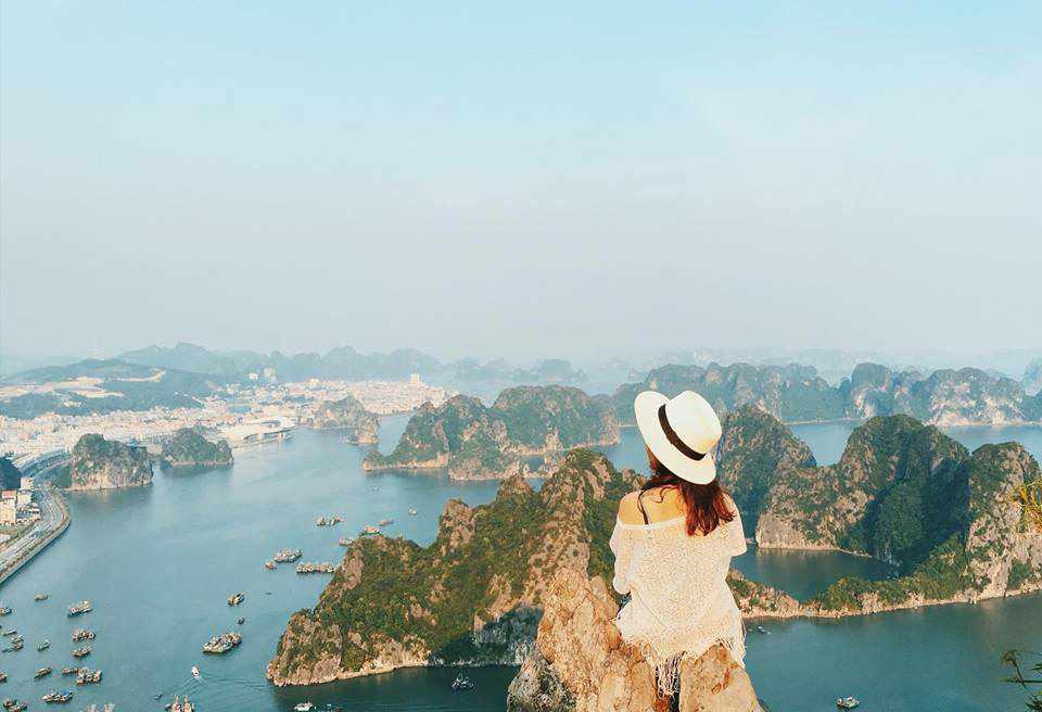 Sẽ là một trải nghiệm khó quên khi ngồi trên đỉnh Bài Thơ ngắm nhìn toàn bộ vịnh Hạ Long. Tour du lich Dong Bac.