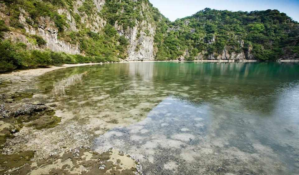 Cận cảnh hồ nước bên trong đảo Mắt Rồng. tour du lich ha long.