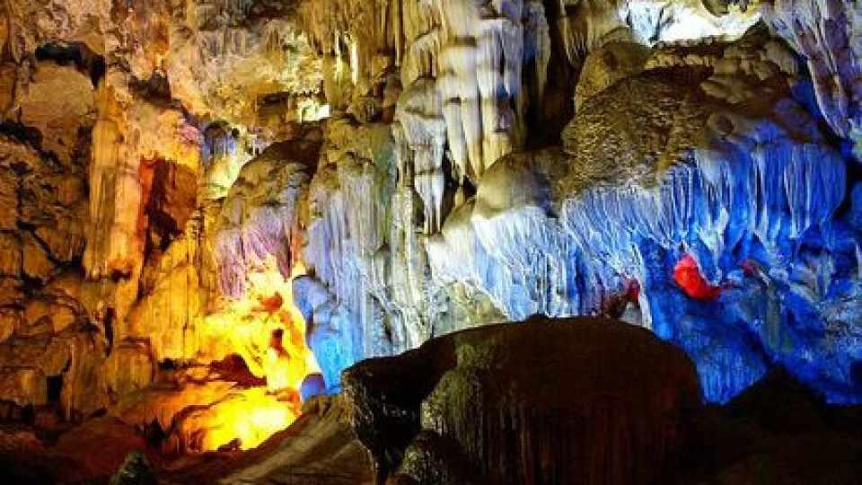Động Mê Cung sẽ đưa bạn lạc vào một thế giới thần tiên kỳ ảo. Tour du lich Ha Long.