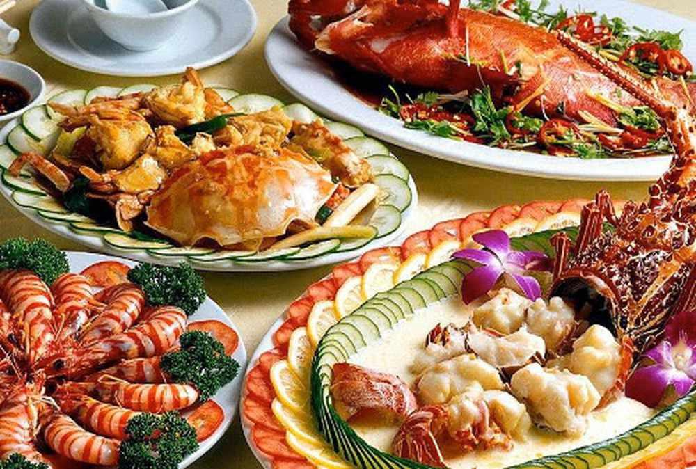 Đã đi tour Hạ Long thì nhất định phải nếm thử hết các món hải sản tươi ngon ở đây.