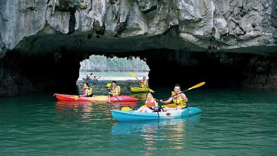 Hang Luồn sẽ giúp bạn có trải nghiệm chui hàng cực kỳ lý thú. Tour Hạ Long.
