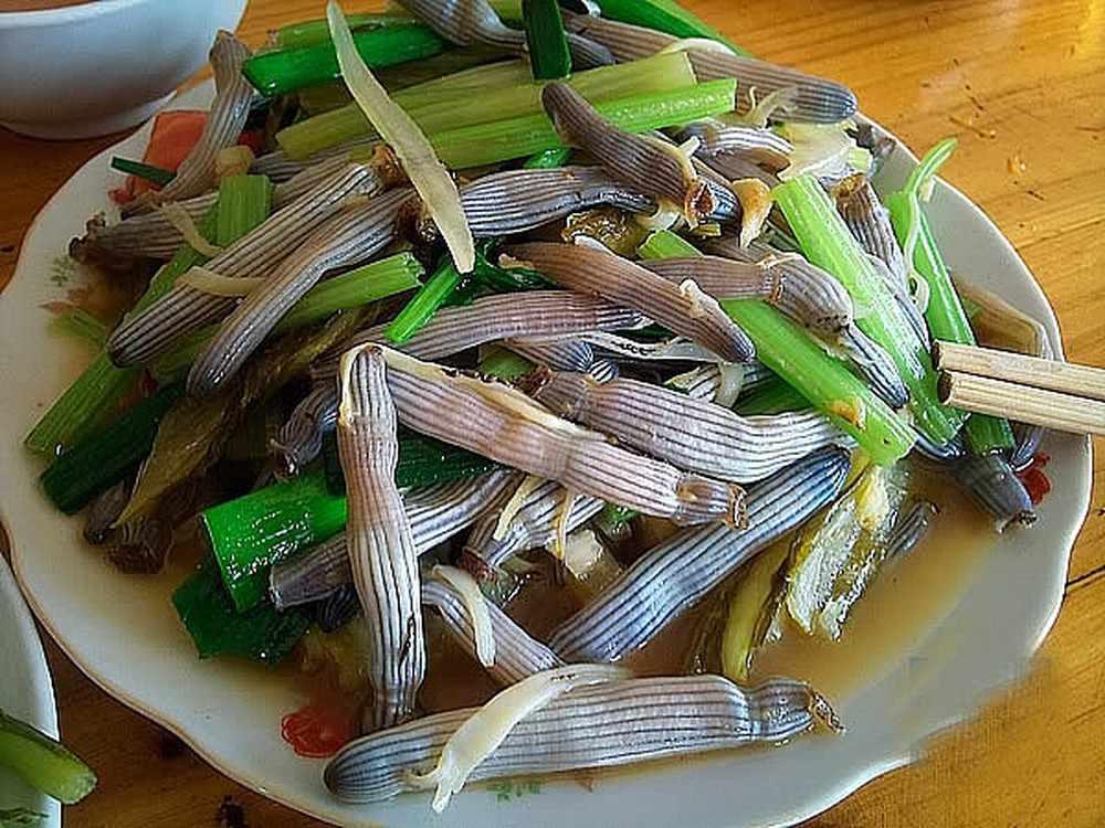 Sá sùng cũng là món ăn bạn không nên bỏ lỡ khi đi tour du lịch Hạ Long.