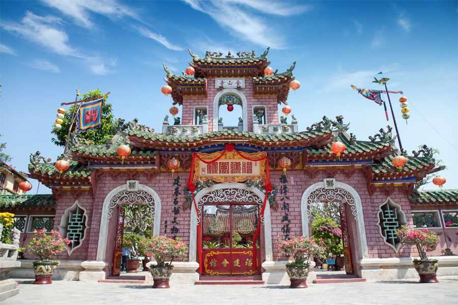 Hội quán Phúc Kiến gây ấn tượng với kiến trúc nổi bật giữa lòng phố cổ.