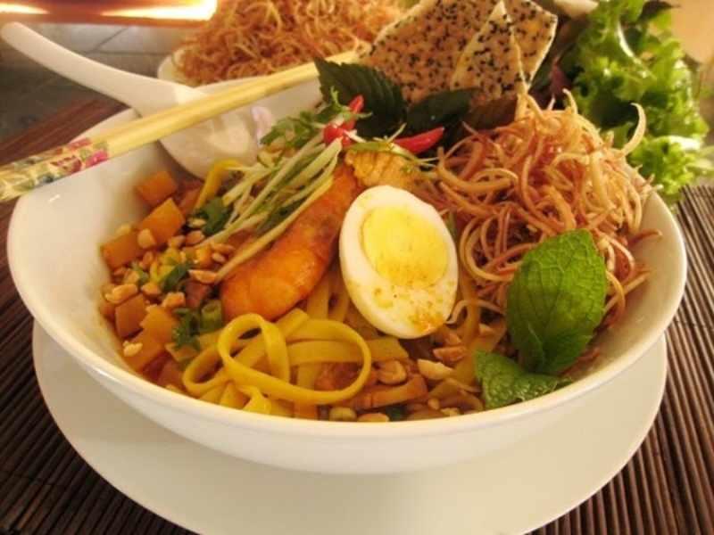 Mì Quảng cũng là món siêu ngon khác của phố cổ Hội An này. Tour du lich hoi an, tour hoi an.