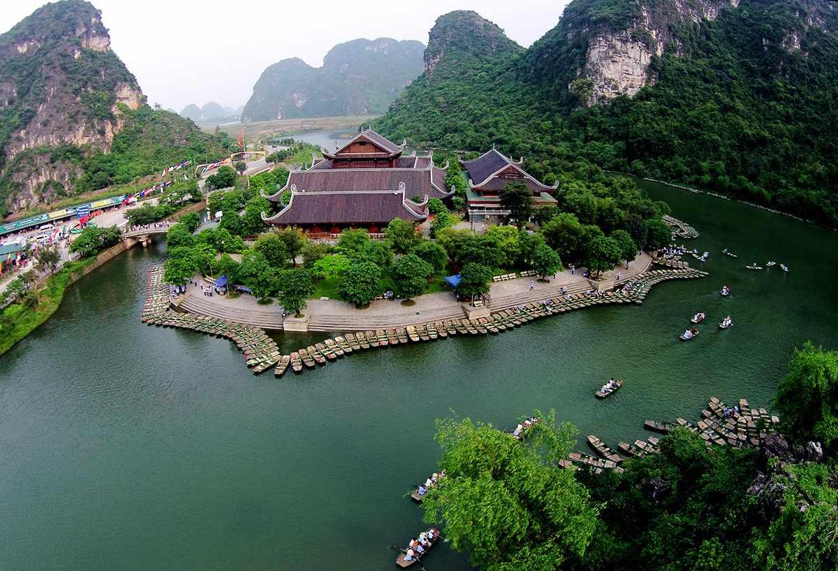 Đi tour Ninh Bình vào mùa xuân sẽ thây cảnh sắc sinh động, tươi tắn hơn.