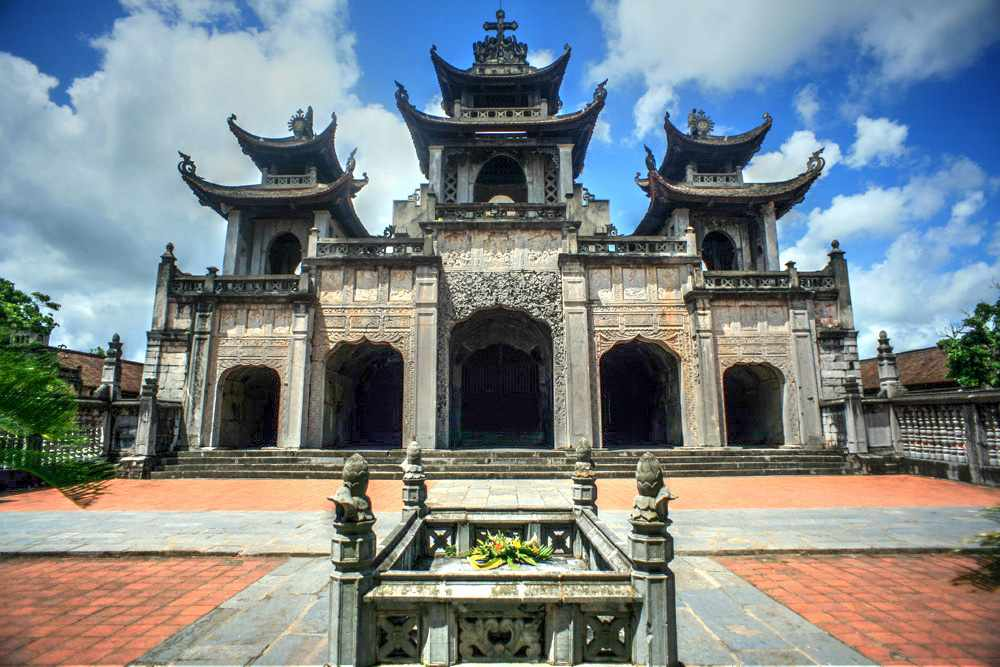 Nhà thờ Chánh tòa Phát Diệm nổi bật với kiến trúc bằng đá độc đáo. tour ninh bình.