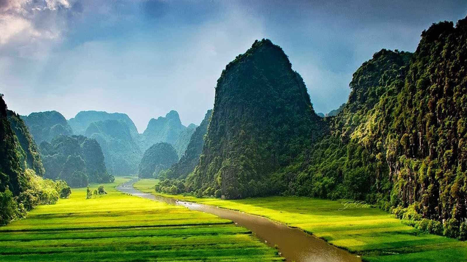 Tam Cốc - Bích Động gây ấn tượng với những dãy núi đá kỳ vĩ xen những cánh đồng lúa mênh mông. Tour du lich Ninh Binh.