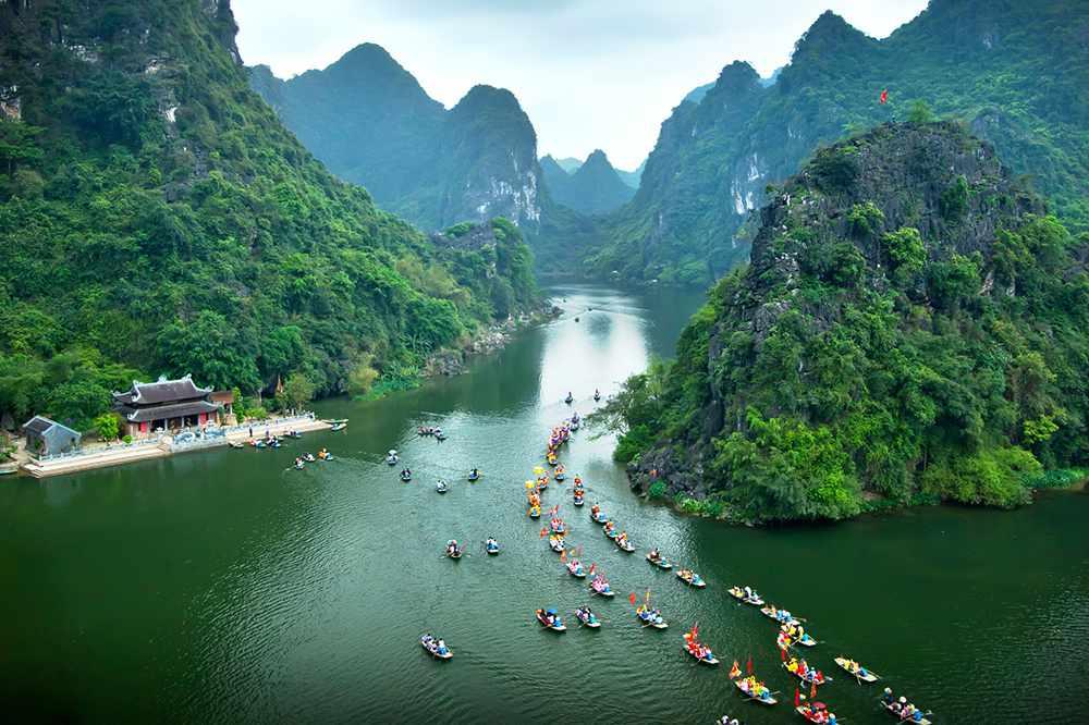 Mới đến đây, ai cũng thấy Tràng An đẹp ngỡ ngàng, tựa như Hạ Long trên đất liền. Tour Ninh Bình.