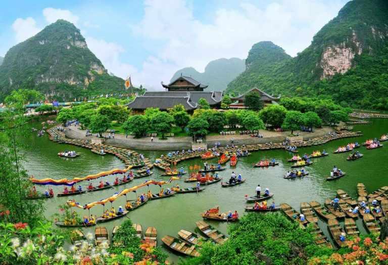 Du lịch Ninh Bình ngày càng phát triển và thu hút thêm hàng triệu lượt khách tham quan mỗi năm.