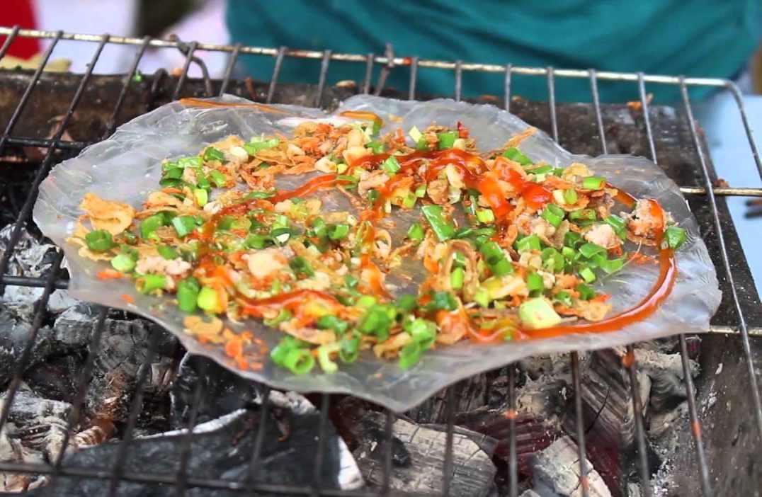 Bánh tráng nướng mỡ hành cũng là món ăn hàng yểu thích của khách du lịch Ninh Thuận.