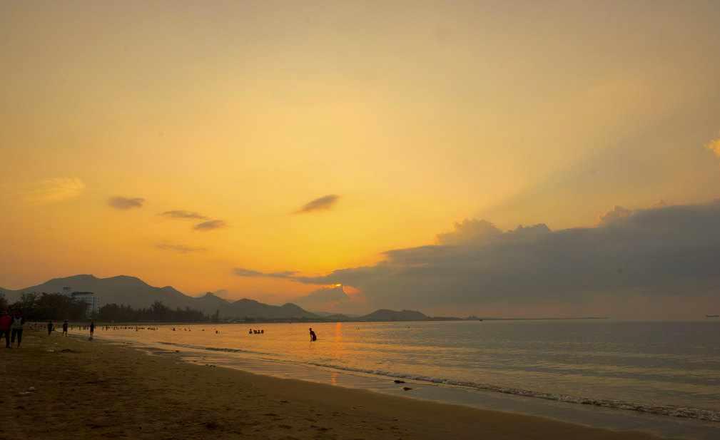 Bình minh tinh khôi trên bãi biển Ninh Chữ - điểm đến thu hút khách du lịch Ninh Thuận. Tour Ninh Thuan.