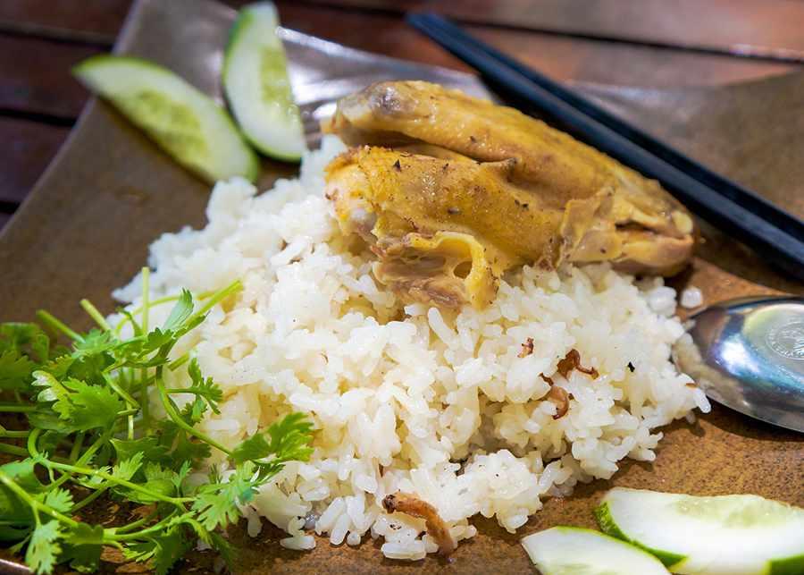 Cơm gà Phan Rang vừa thơm, vừa ấn tượng bạn nên nếm thử ngay khi vừa đi tour Ninh Thuận đến đây.
