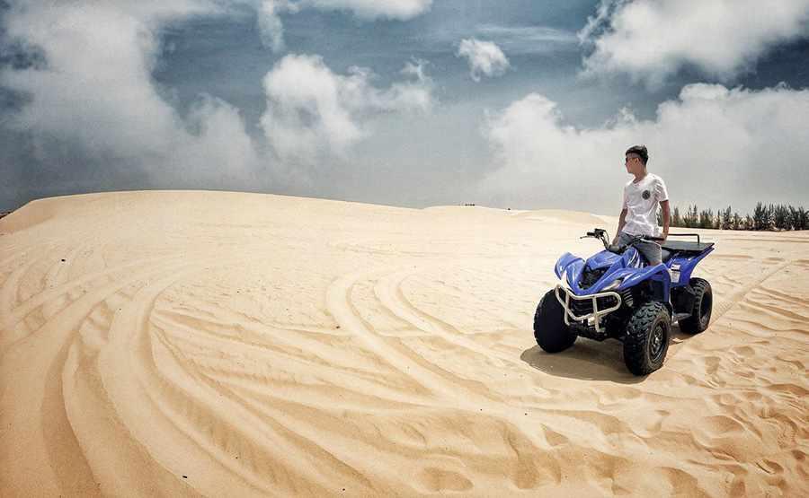 Đồi cát Bàu Trắng là điểm đến tour Phan Thiết của nhiều du khách yêu thích sự mới lạ.