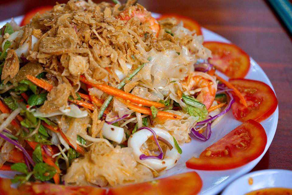Gỏi hải sản cũng là món ăn yêu thích của nhiều du khách đi tour du lịch Phan Thiết.