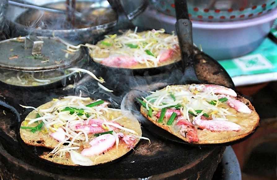 Bánh xèo hải sản - món ăn thơm ngon khó cưỡng của mảnh đất miền Trung này. Tour phu yen, tour du lich phu yen