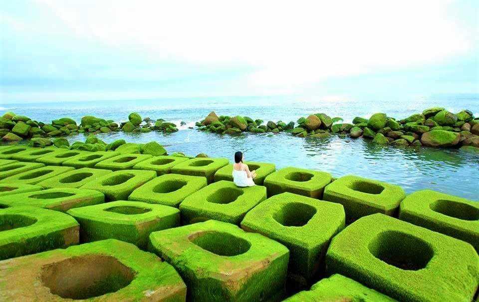 Kè chắn sóng này cũng là điểm check-in sống ảo ưa thích của nhiều khách du lịch Phú Yên.