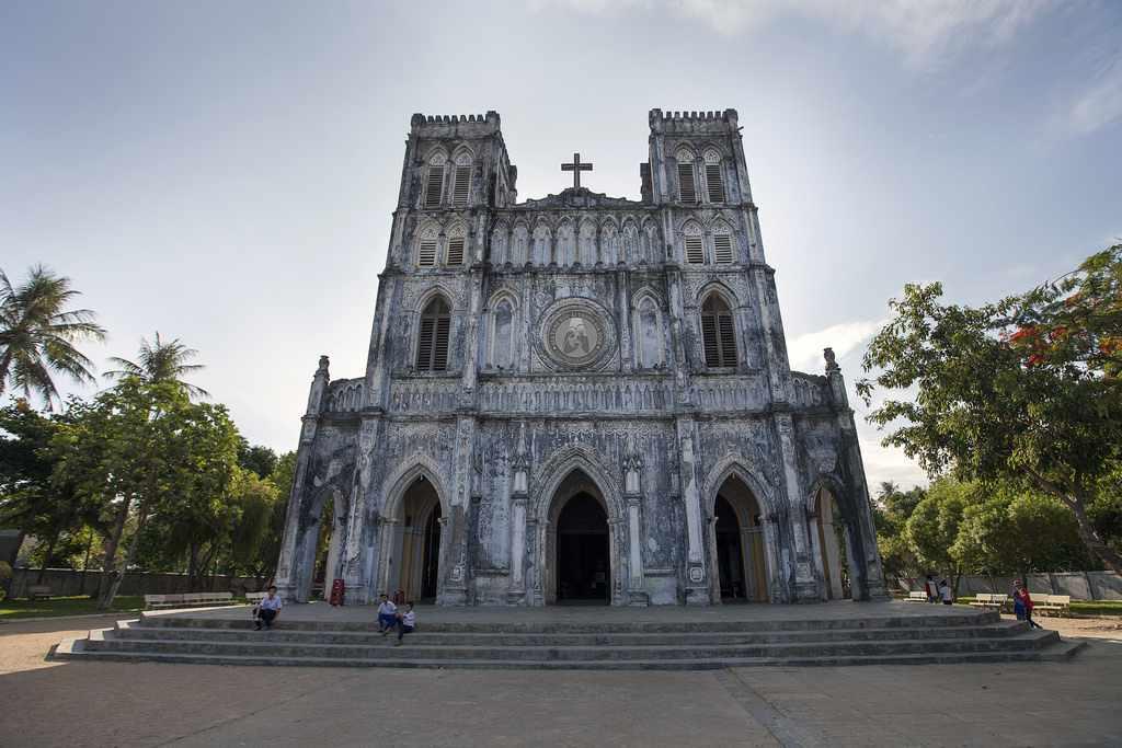 Nhà thờ Mằng Lăng nhuộm màu cổ kính lên khắp không gian. Tour Phu yen, tour du lich phu yen,