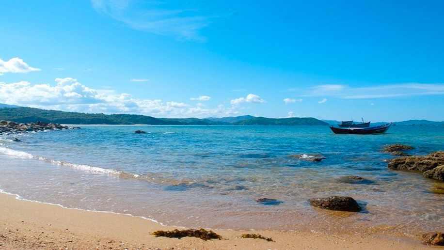 Đi tour Phú Yên, bạn hãy ghé qua vịnh Xuân Đài để chiêm ngưỡng vẻ đẹp hoang sơ của vùng biển này.