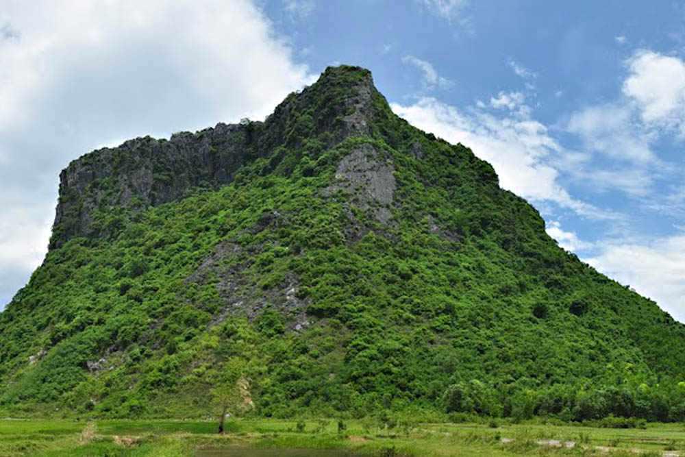 Núi Thần Đinh sẽ cho bạn điểm nhìn toàn bộ khung cảnh thiên nhiên Quảng Bình phía dưới. Tour quang binh, tour du lich quang binh.