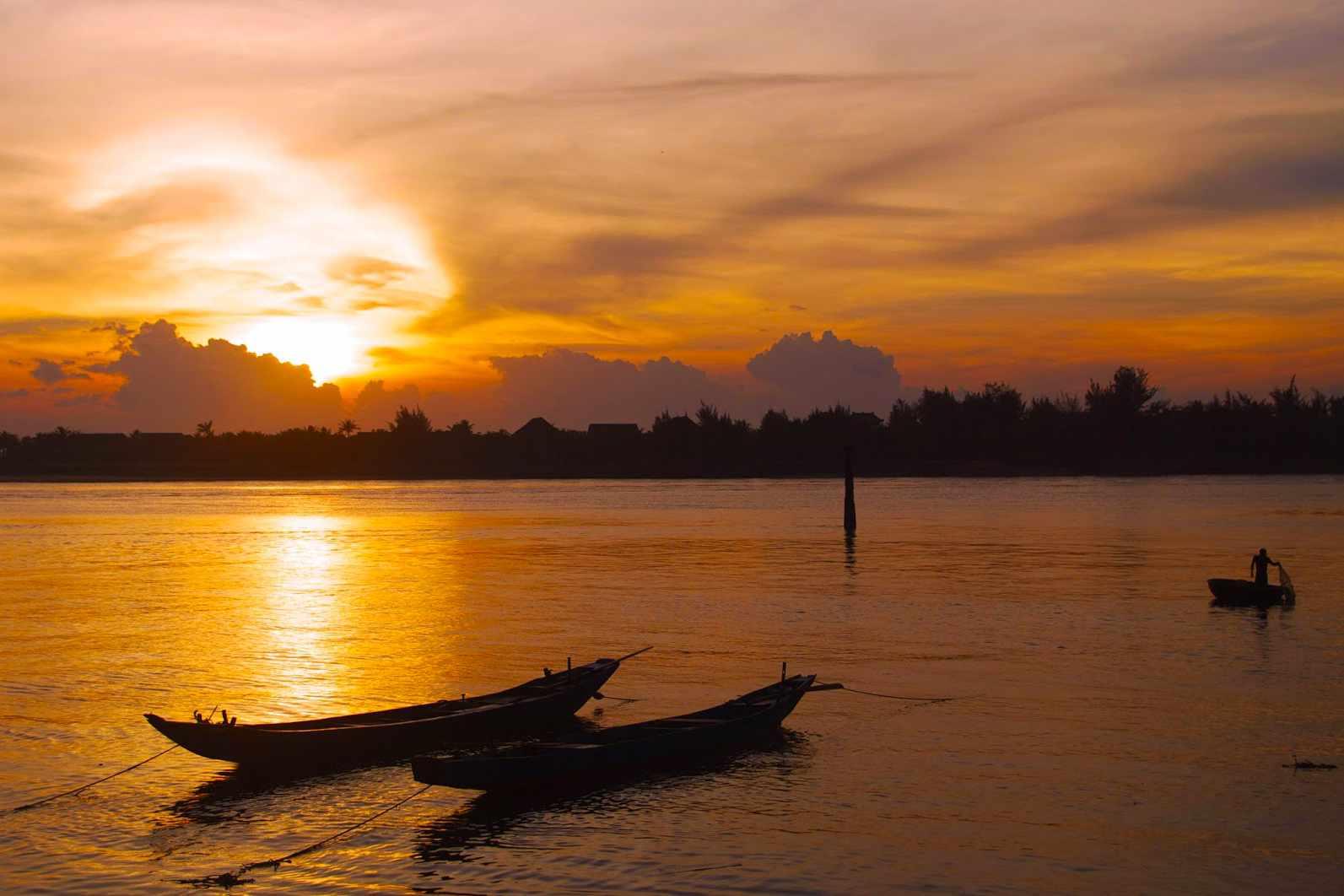 Du lịch Quảng Bình phải một lần nhìn ngắm sông Nhật Lệ chiều hoàng hôn.