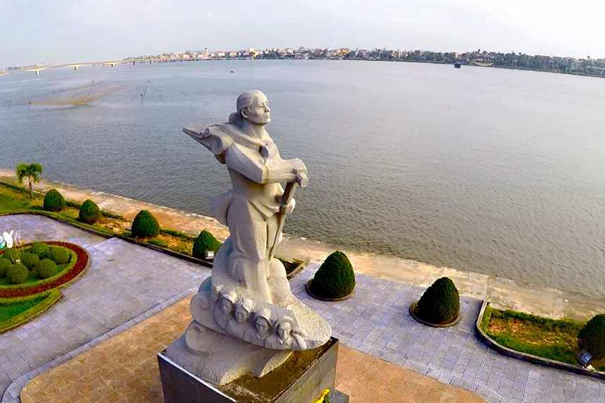 Đi tour Quảng Bình nhớ ghé thăm tượng đài mẹ Suốt bên bờ sông Nhật Lệ nữa nhé.