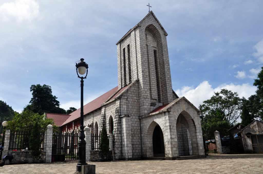 Tour Sapa - Nhà thờ đá cổ ở Sapa