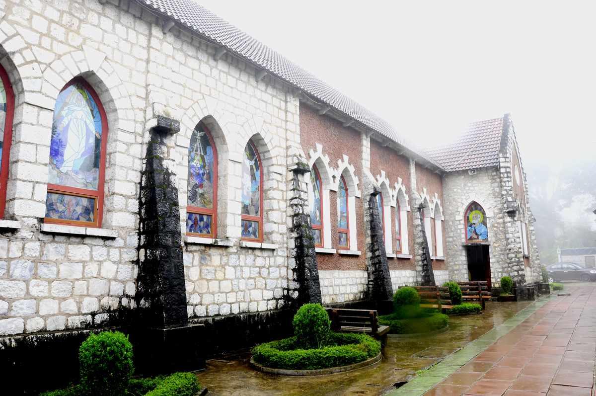 Tour Sapa - Một góc nhà thờ đá cổ Sapa đẹp không tì vết