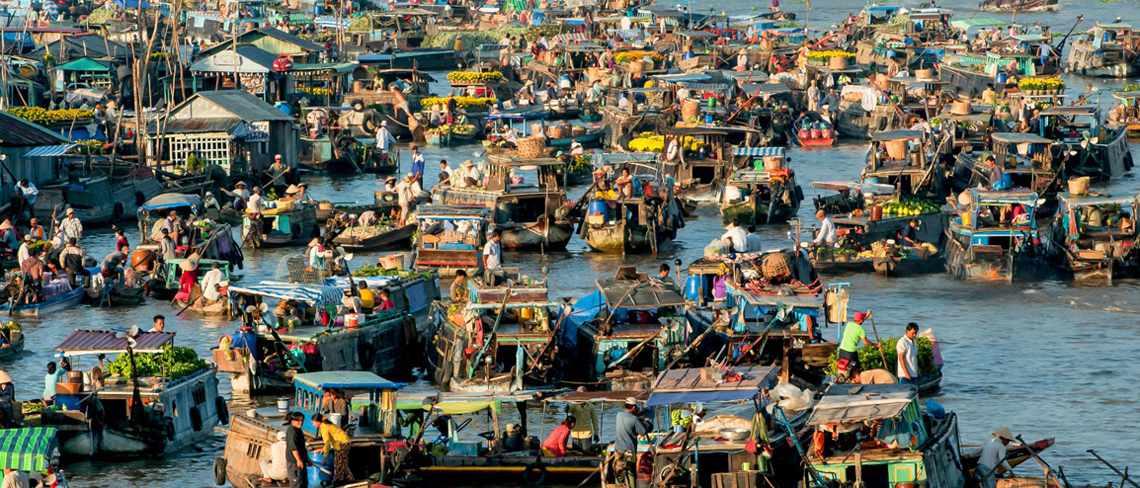 Chợ nổi Cái Bè lúc nào cũng nườm nượp người dân lẫn khách du lịch Tiền Giang. tour tien giang.